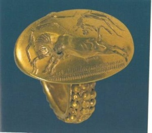 16 4048 GOLD RING SEAL, Antheia, Messinia. Representation of a scene of bull-leaping from Mycenaean chamber tomb in 'Greek' Antheia. Date: 14th or 13th century. BC length of bezel (crown of ring) = 2.6 cm Diameter of ring = 2.1 cm