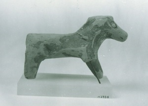 64 W 2930 CLAY HORSE height: 7.3 cm length: 10.5 cm