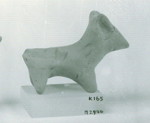 74 P 2944 TERRACOTTA FIGURINE OF DOG length = 7cm Height = 5cm