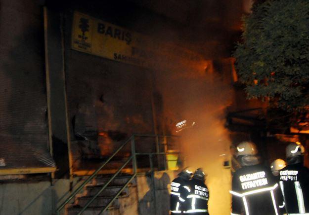 Gaziantep'te 2 farklı mahalledeki Kobani eylemlerinde karşıt görüşlü gruplar arasında meydana gelen çatışmada 4 kişi hayatını kaybetti, 20'den fazla kişi ise yaralı... (c) CNN Türk, Twitter, 9 Ekim 2014