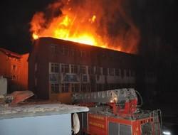 Hakkari'nin Yüksekova ilçesinde, 5 katlı 'Gençlik ve Etüt Merkezi' binası ateşe verilerek tamamen yakıldı. (c) Hakkari Haber, 11 Ekim 2014