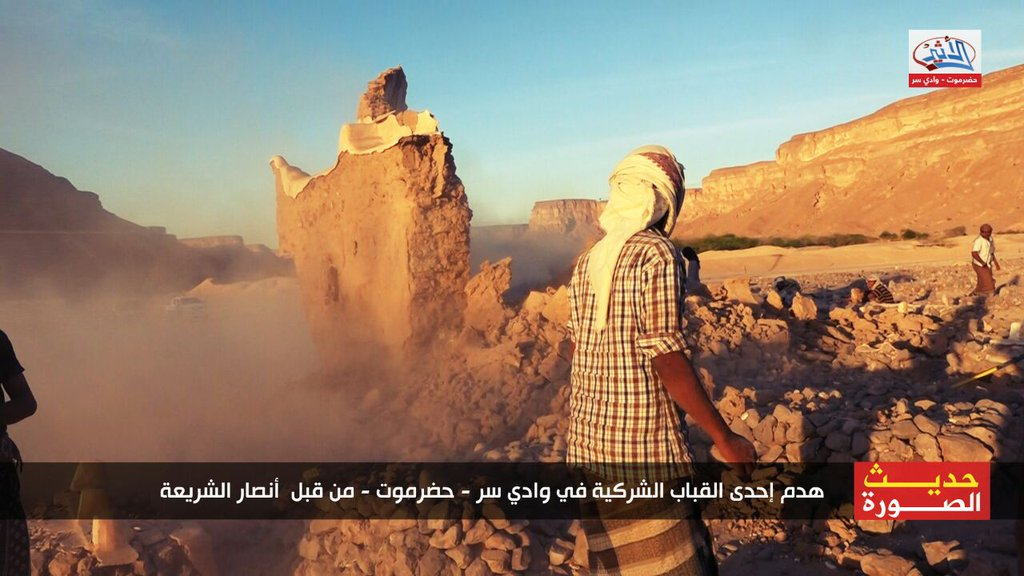 destruction of shrine in Hadhramaut, Yemen, by Ansar al-Sharia (c) wkalh22501, Twitter, 7.34am, 30th January 2016 (b)